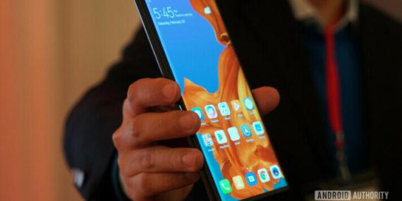Penampakan Huawei Mate X dalam kondisi lipat